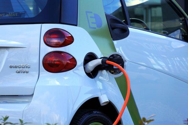 Kde ve světě mají elektromobily největší podporu a jak si vede ČR?