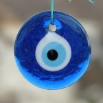 Amulet má svému nositeli přinášet štěstí